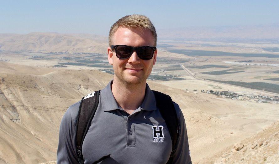 Lars Nordgaard er varamedlem i MIFFs hovedstyre. Denne turen er hans første til Israel. - Men ikke den siste, sier han. I bakgrunnen ligger Jordandalen. (Foto: Bjarte Bjellås)