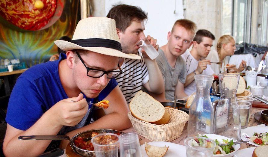 Uten mat og drikke, duger heltene ikke. (Foto: Bjarte Bjellås)