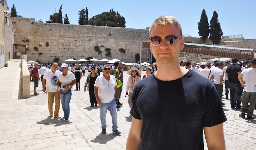 Lars Nordgaard foran Vestmuren i Jerusalem. (Foto: Kjetil Ravn Hansen)