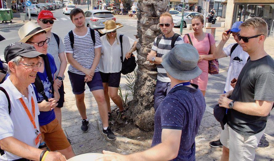 Turguide Yoni Zierler gir ungdommen i oppgave å snakke med lokalbefolkningen.