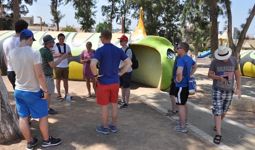 Gruppa besøker en barnehage i Sderot. På grunn av den korte tiden det tar fra rakettalarmen går til rakettene treffer har man laget et eget bomberom av lekeapparatene. Slangen i bakgrunnen fungerer både som en leketunnel og et bomberom. (Foto: Kjetil Ravn Hansen)