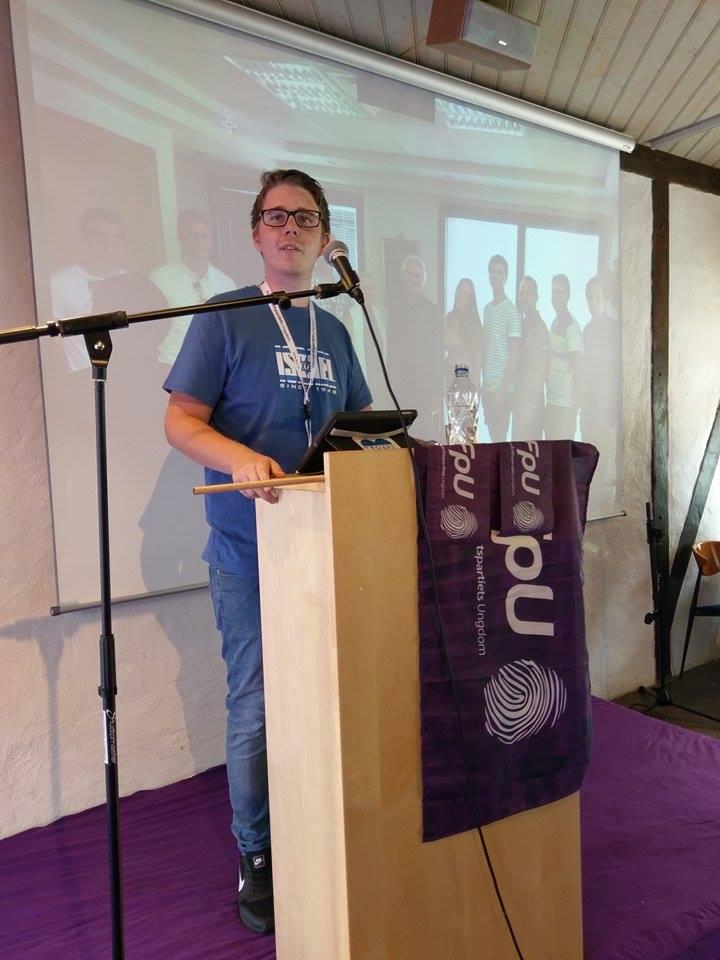 Kristoffer Vikan fikk holde et miniforedrag om Israel og MIFFs arbeid for deltakerne på Fremskrittspartiets Ungdoms sommerleir. (Foto: Kjetil Ravn Hansen, MIFF)
