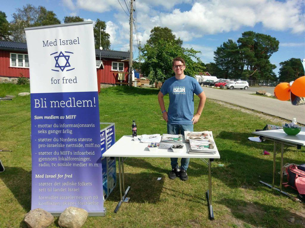 Kristoffer Vikan på stand for MIFF på Unge Høyres sommerleir. (Foto: Kjetil Ravn Hansen, MIFF)
