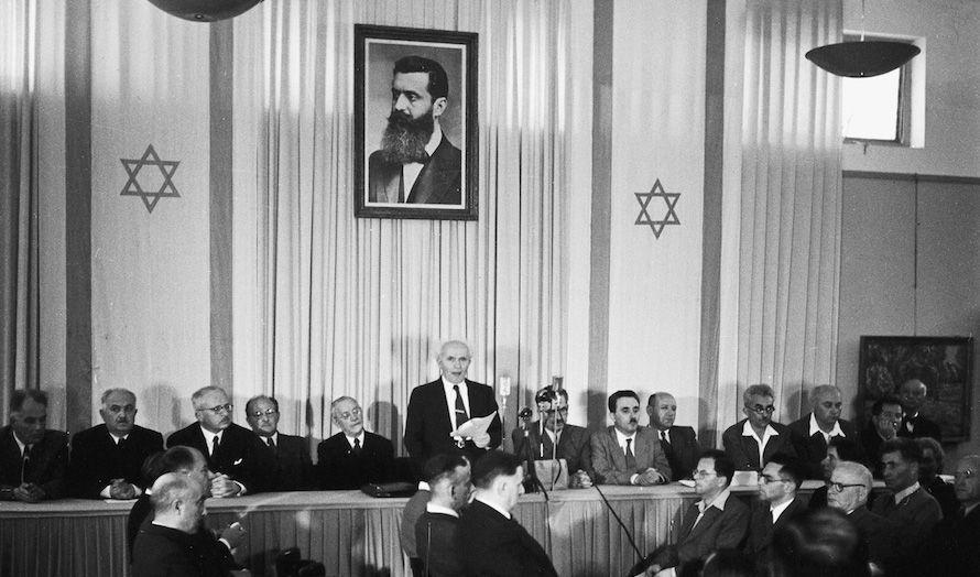 Bildet av Theodor Hertzl hang i bakgrunnen mens David Ben-Gurion erklærte staten Israel opprettet. (Foto: Wikipedia)