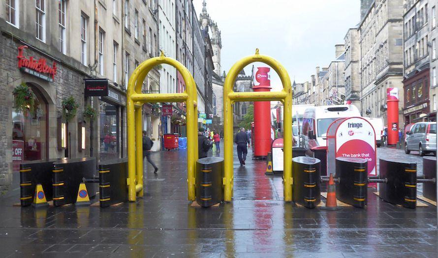 Paradegaten i Edinburgh er en av mange gater i Europa som nå blir sikret mot terror ved bruk av bil. Dette har blitt et mer og mer vanlig syn i europeiske byer. (Foto: Kay Williams/Flickr)