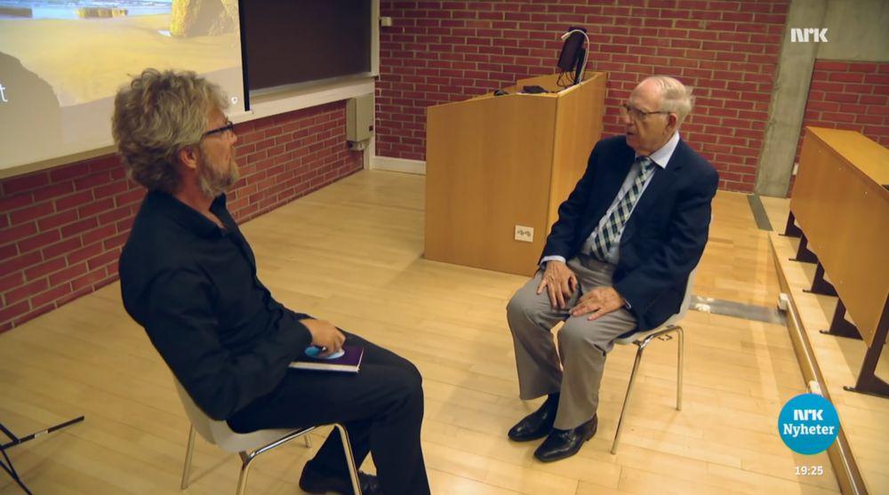 NRKs Tormod Strand i samtale med Efraim Halevy. (Skjermdump fra NRK)